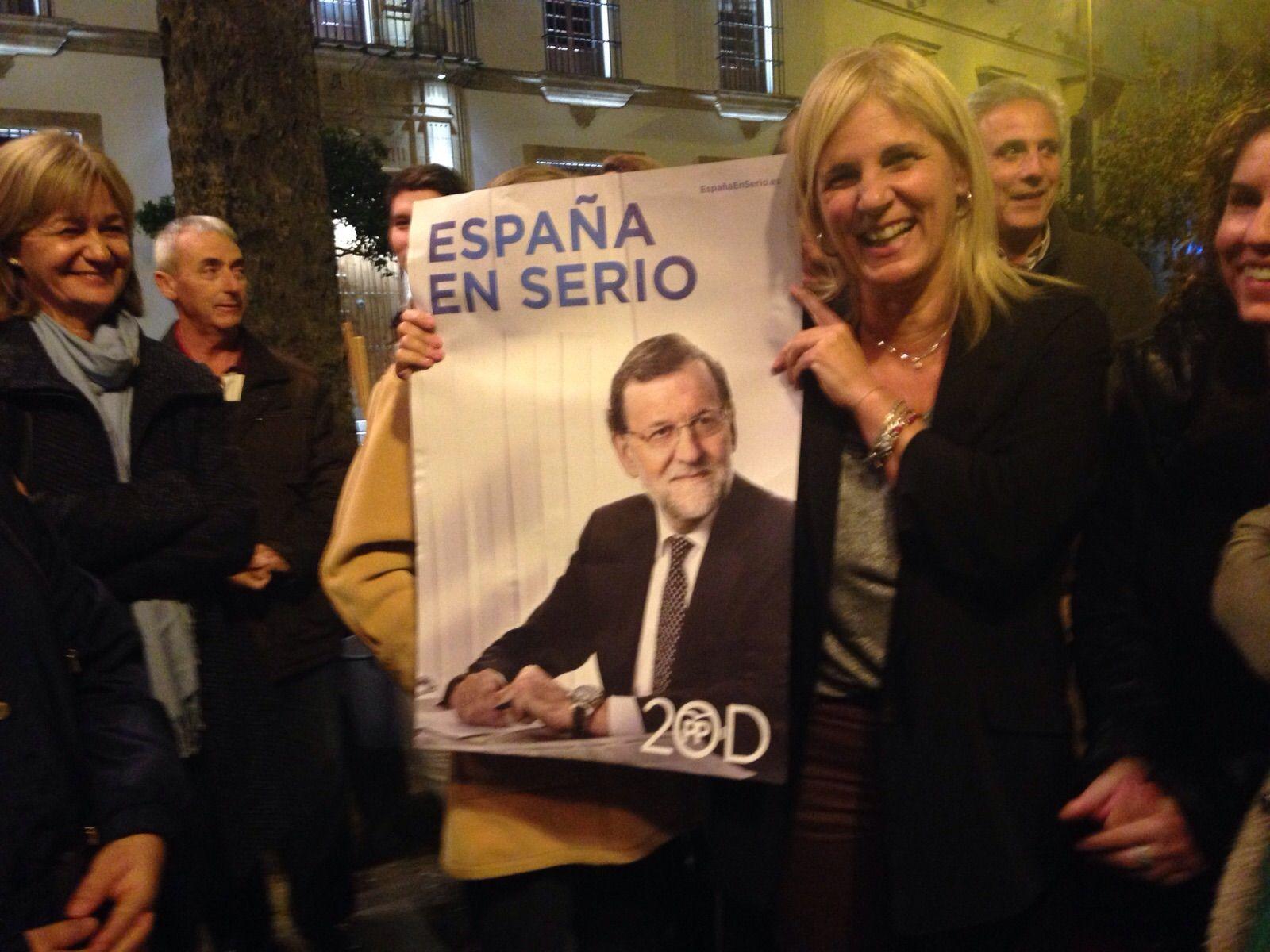 María José García-Pelayo mostrando un cartel del PP de Mariano Rajoy.