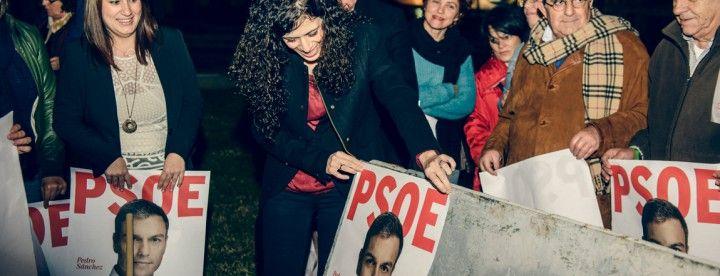 Miriam Alconchel colgando el cartel del PSOE.