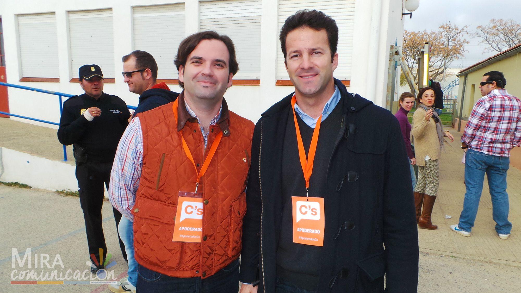 Los dos concejales de Ciudadanos en Jerez, Carlos Pérez y Mario Rosado, durante un momento de esta mañana en el colegio de la Barriada de San José Obrero.