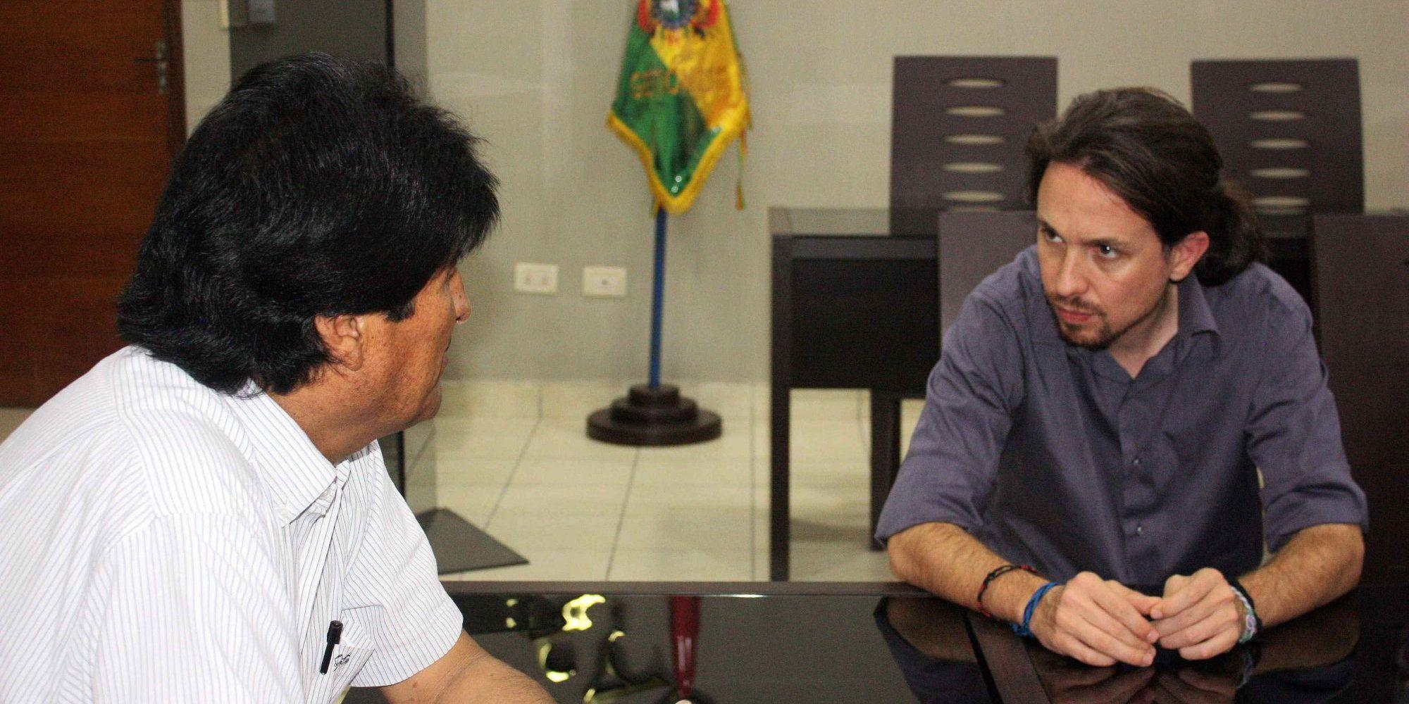 """BOL08. SANTA CRUZ (BOLIVIA), 26/09/2014.- El eurodiputado y líder del partido español Podemos, Pablo Iglesias (d), se reúne con el presidente de Bolivia, Evo Morales (i), en Santa Cruz hoy, viernes 26 de septiembre de 2014. Iglesias inició hoy en Bolivia una gira que le llevará también a Ecuador y Uruguay para conocer de primera mano los modelos económicos soberanistas de estos países que, a su juicio, demuestran que es posible """"hacer las cosas de otra manera"""". EFE/ABI/SOLO USO EDITORIAL"""