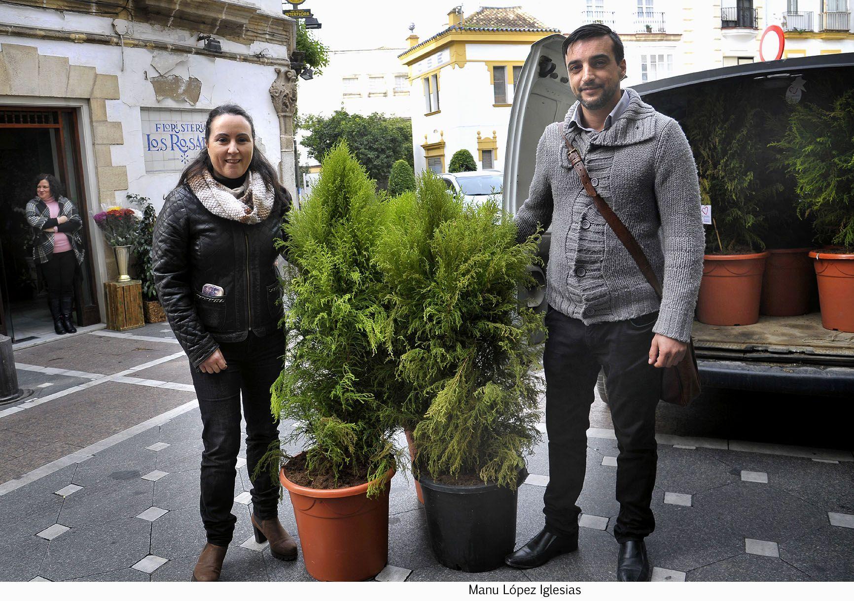 J Antonio Diaz asiste entrega arboles navidad Acoje