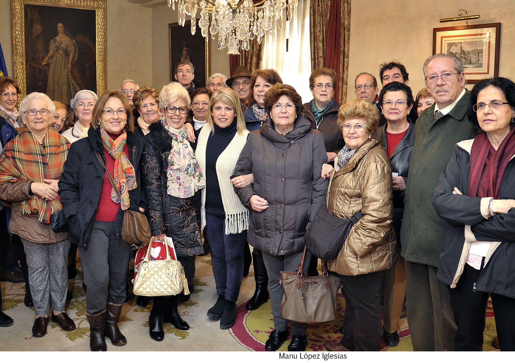 Alcaldesa con mayores de Jerez que visitan ayto