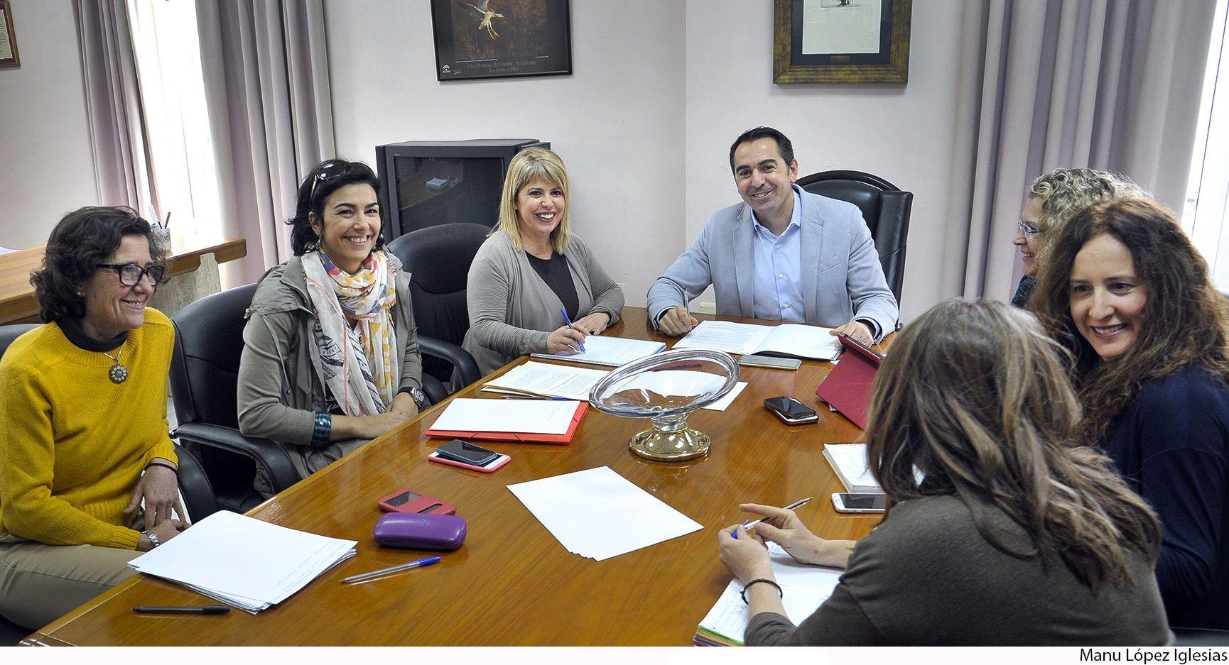 Alcaldesa con secretario general Deporte de la Consejeria