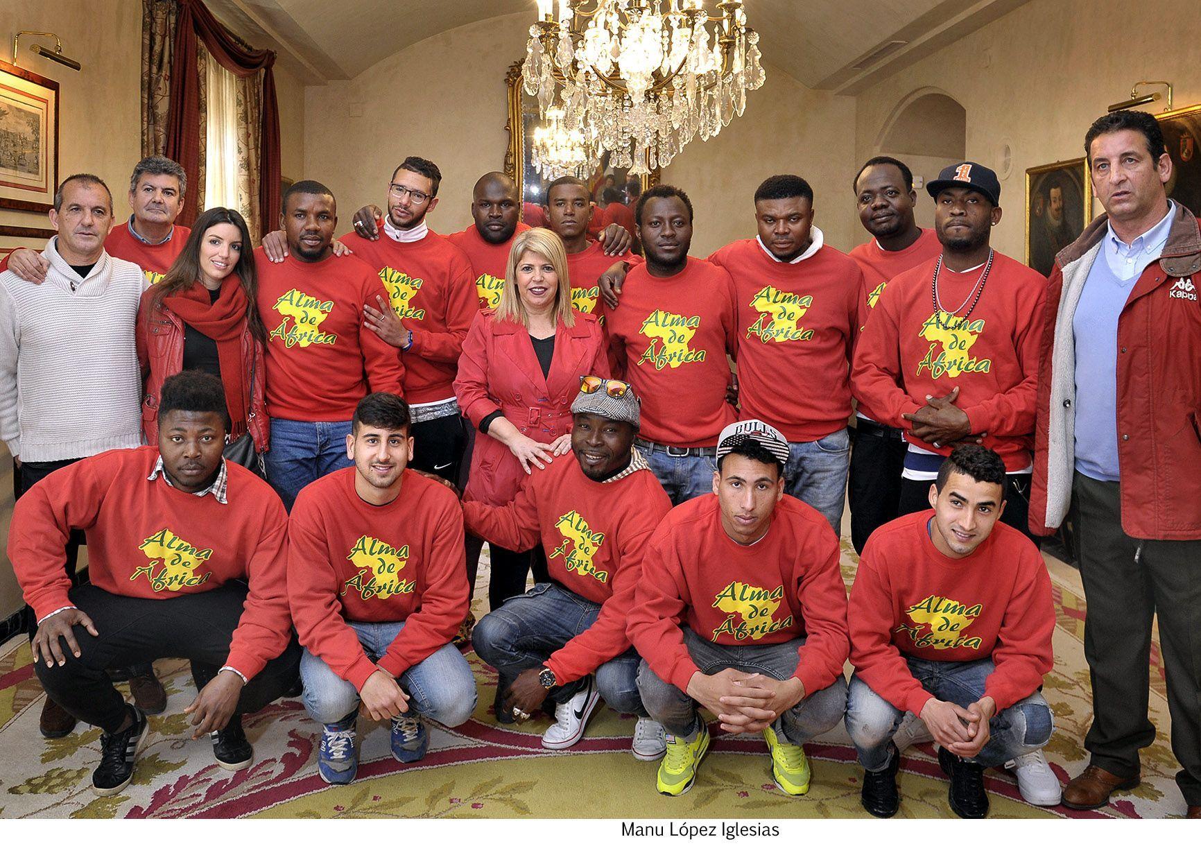 Alcaldesa recibe equipo de futbol Alma de Africa