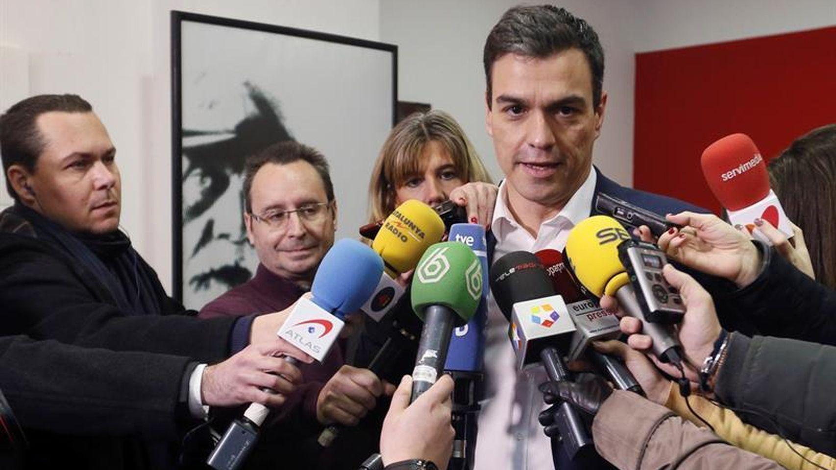 Pedro Sánchez atiende a los medios tras votar en su consulta a la militancia   Fernando Alvarado para Efe