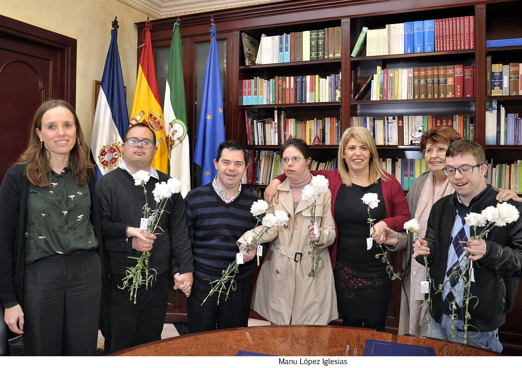 Alcaldesa firma convenio Aspanido _ 01