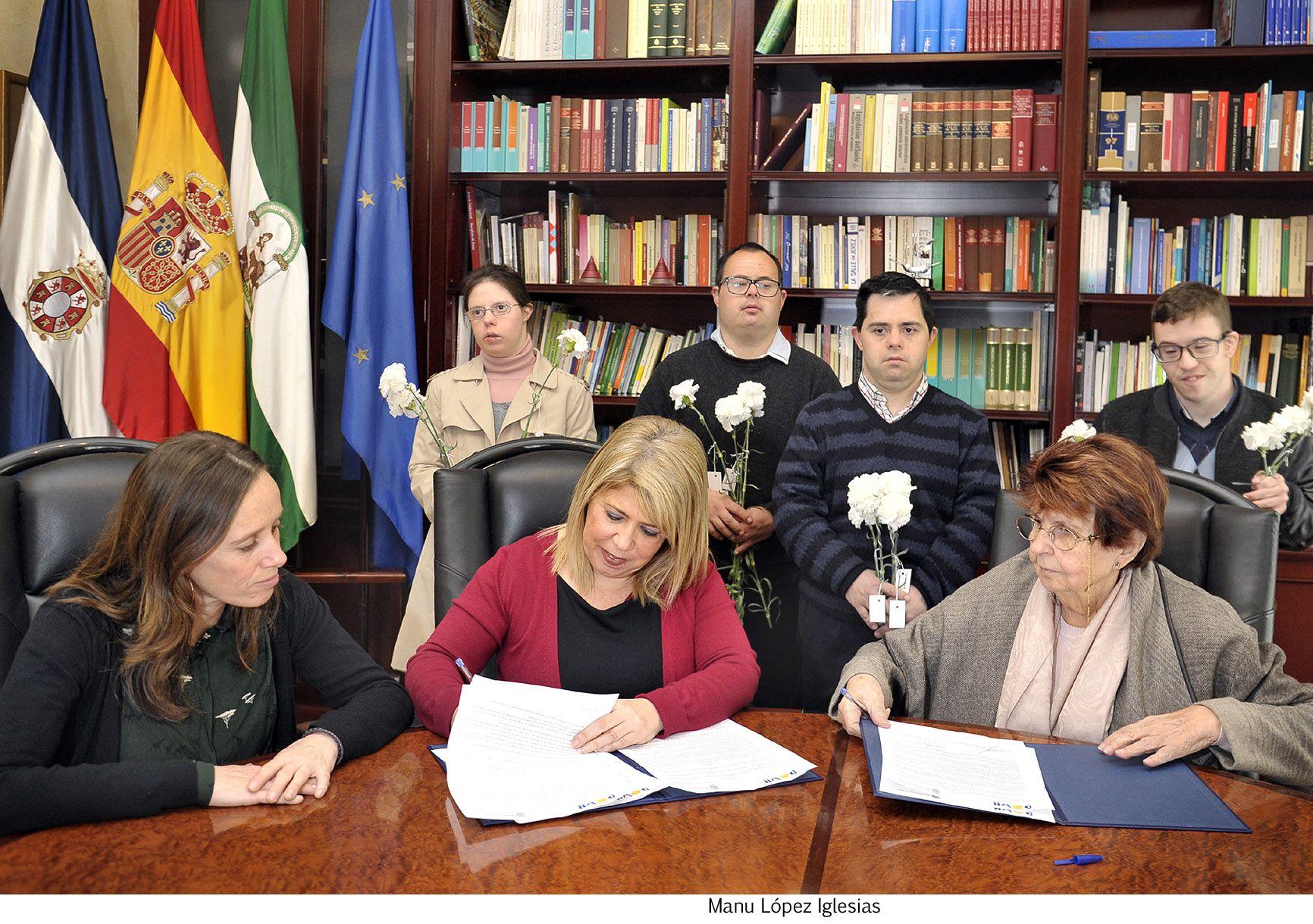 Alcaldesa firma convenio Aspanido _ 02