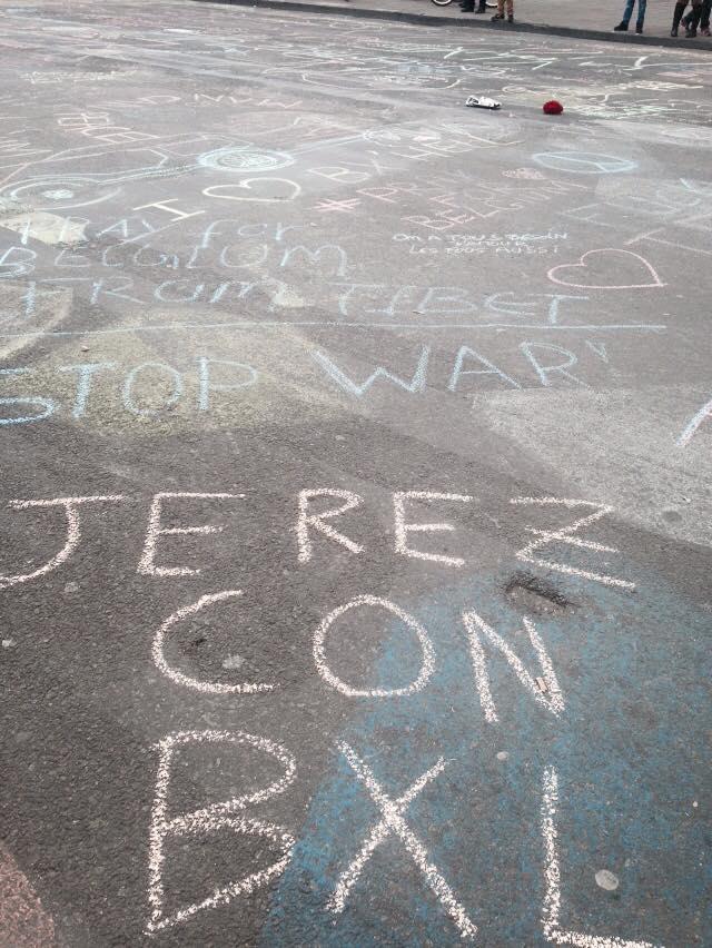 """El hijo de Francisco Escot ha escrito en el asfalto """"Jerez con BXL"""" como apoyo a las víctimas"""