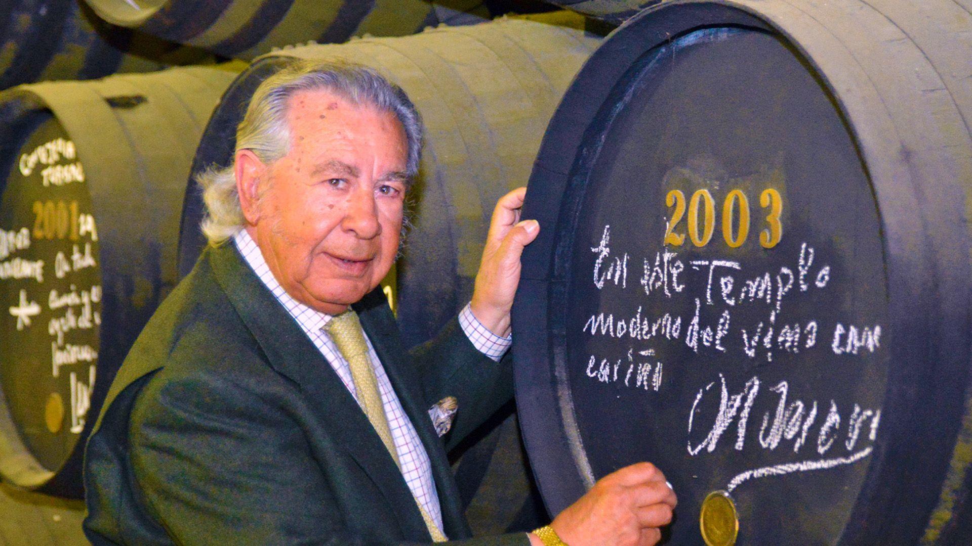 Manuel Morao firmando en 2003 en una bota de Williams-Humbert