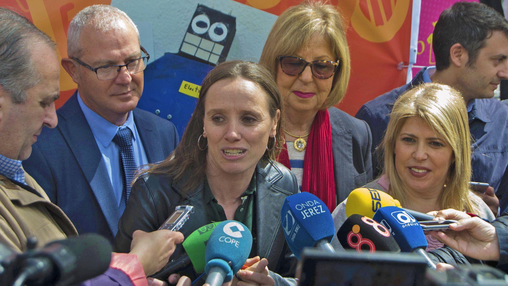Laura Álvarez y Mamen Sánchez, en la inauguración de la Feria de la Ciencia compareciendo ante la prensa   Imagen de Pablo Illanas para MIRA Jerez