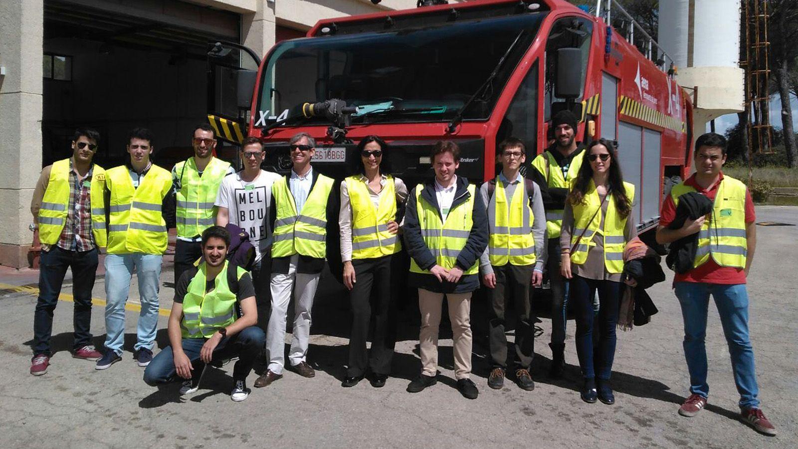 Imagen del momento en el que los estudiantes han visitado el Servicio de Extinción de Incendios (SEI) del Aeropuerto de Jerez