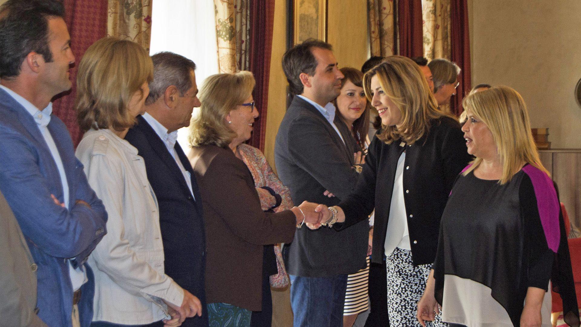 Susana Díaz saludando a los miembros de las distintas corporaciones municipales del Ayuntamiento de Jerez Imagen de Pablo Illanas para MIRA Jerez