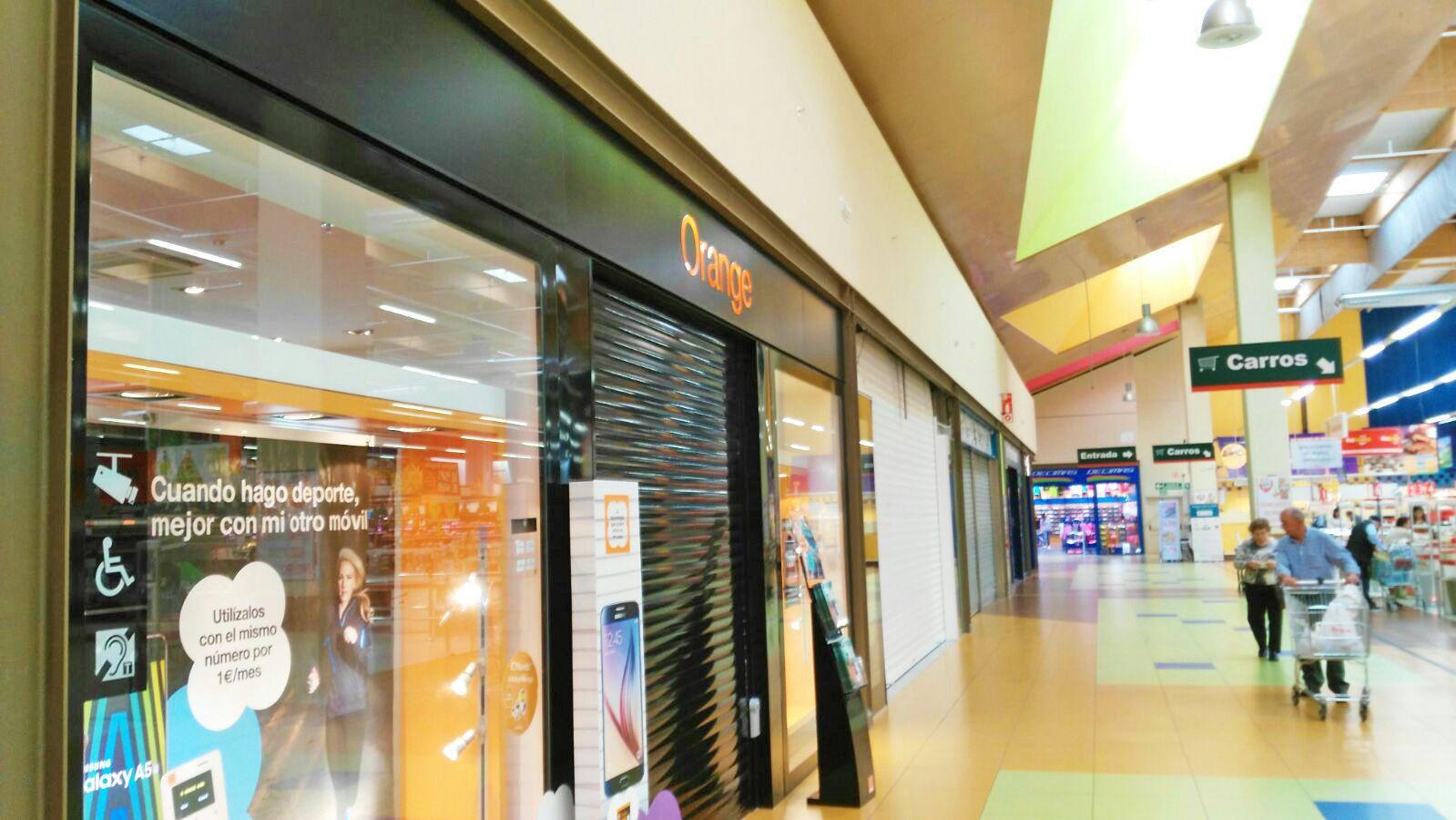 Roban los m viles de 3 tiendas en la galer a comercial de - Galeria comercial ...