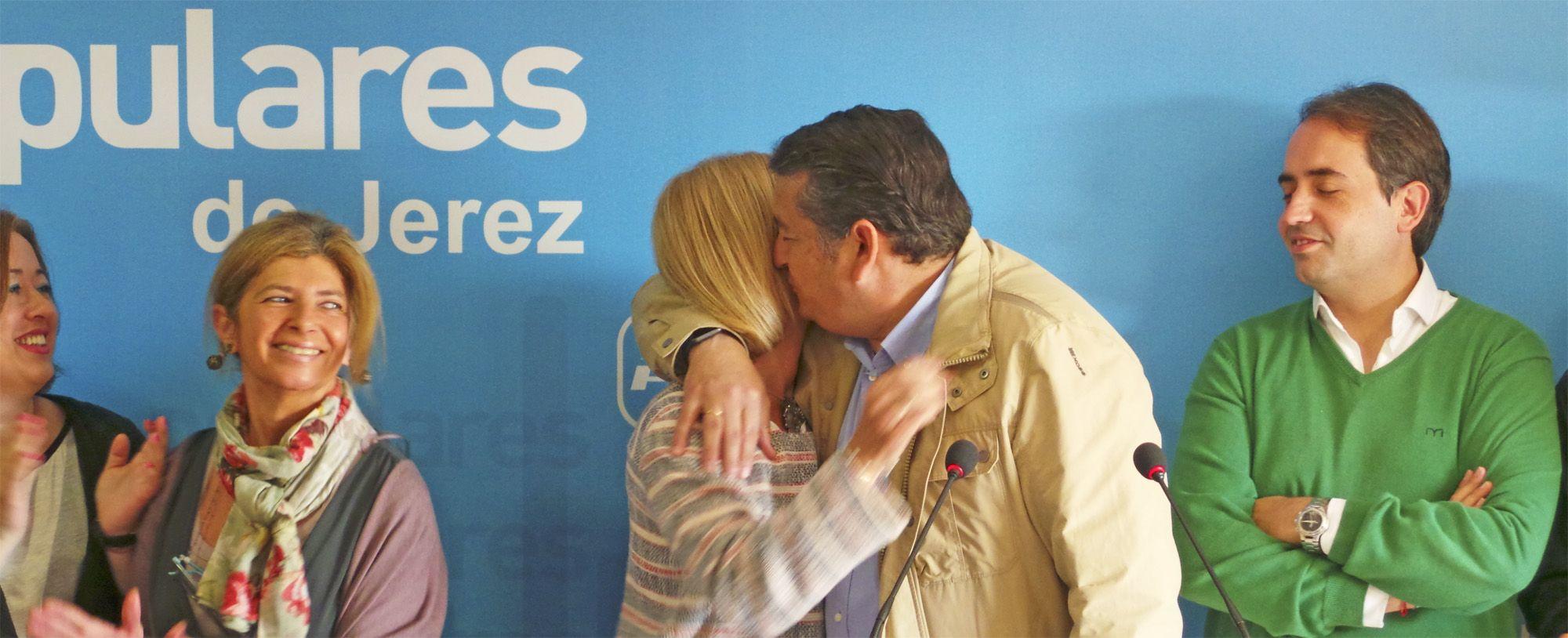 Antonio Sanz besa a María José García-Pelayo, Rueda de Prensa en la sede del PP Jerez 30 Abr 2016 | MIRA Comunicación