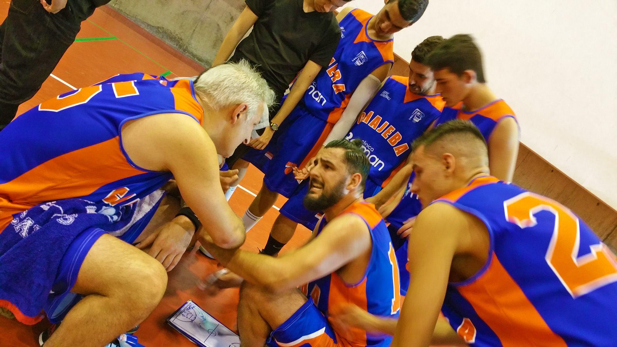 Sergio Ramos, entrenador-jugador, del equipo senior del Clínica Beiman Chajeba, dando instrucciones en un tiempo muerto al final del encuentro | MIRA Comunicación