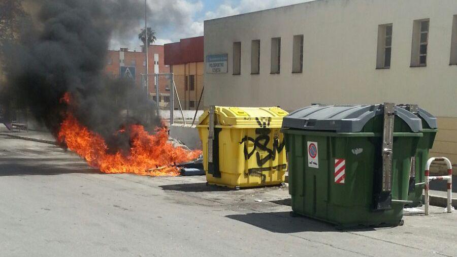 Incendio de contenedores en Barriada de Icovesa | Mira Comunicación