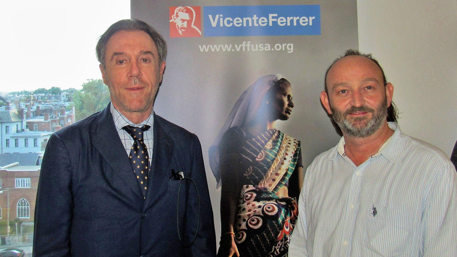 Moncho Ferrer (dcha) y el cónsul de España en Washington D.C., Enrique Sardá (izda) durante la presentación de FVF-USA en Washington D.C.