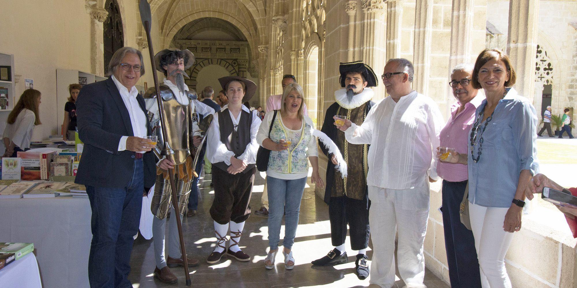 La alcaldesa, Mamen Sánchez, junto al delegado de cultura, Francisco Camas, en la inauguración de la Feria del Libro de Jerez 2016 | Juan Carlos Corchado para MIRA Jerez