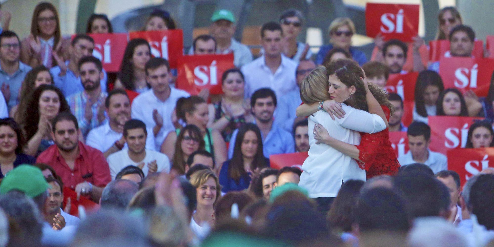 Miriam Alconchel, candidata nº 2 al Congreso por el PSOE de Cádiz, abrazando a Irene García, presidenta de la Diputación provincial, 6JUN2016   Juan Carlos Corchado para MIRA Jerez
