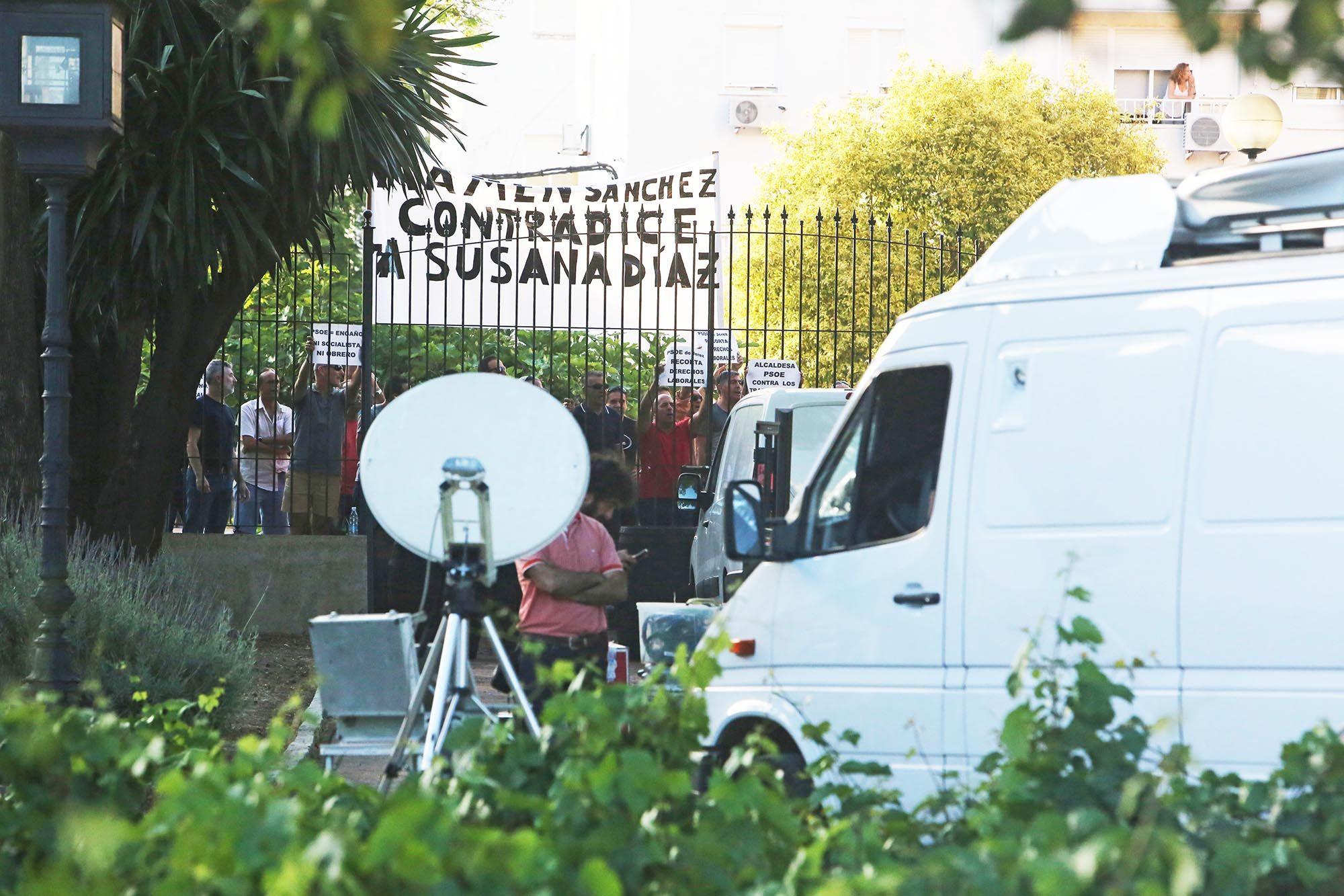 Los pitos de los trabajadores muncipales de Jerez acompañaron durante todas las intervenciones acopándose como sonido de ambiente, 6JUN2016   Juan Carlos Corchado para MIRA Jerez