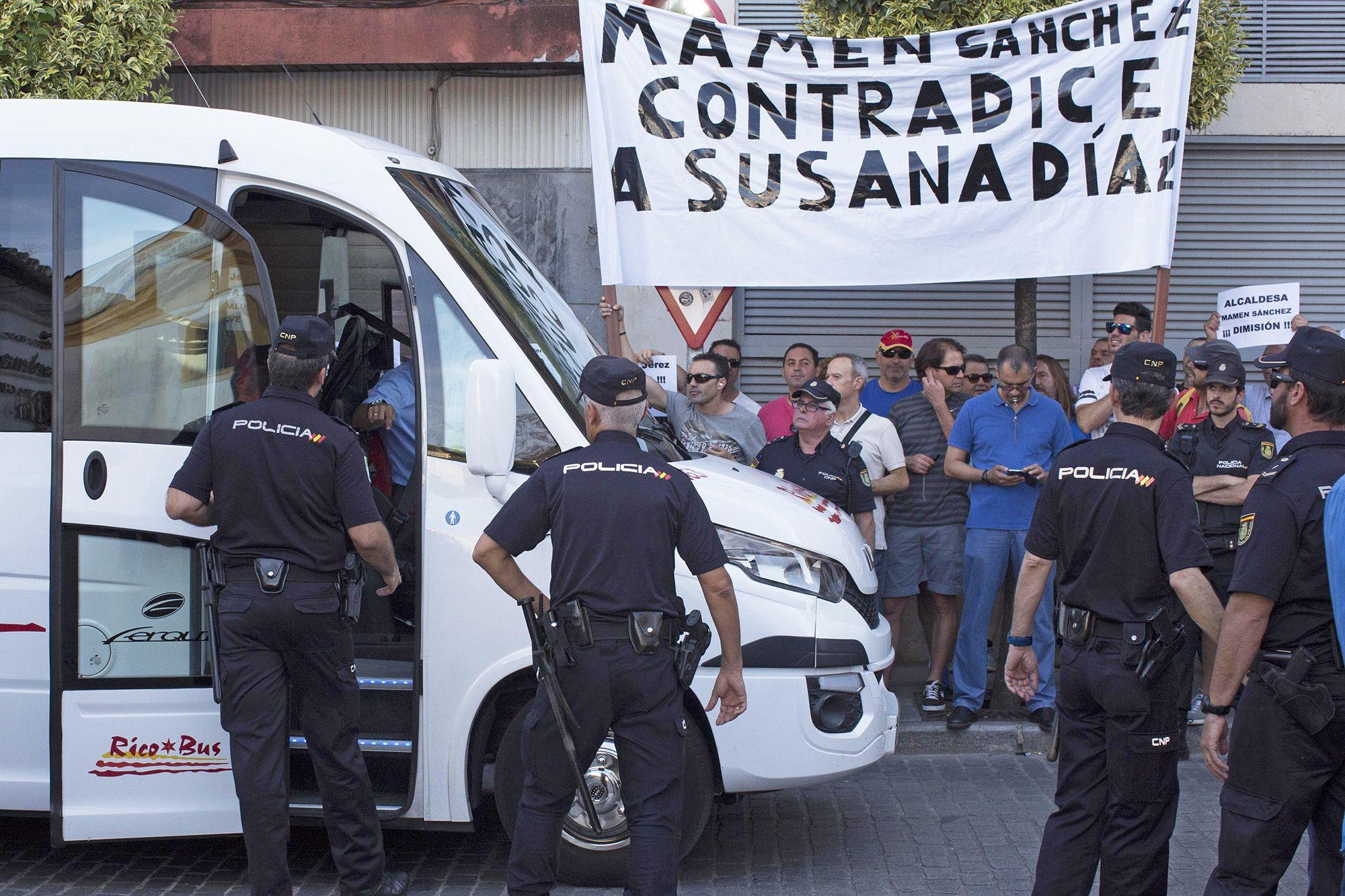 Ensordecedor ambiente con los pitos de trabajadores muncipales que pedían la dimisión de la alcaldesa socialista frente al mitin de precampaña del PSOE en jerez, 6JUN2016   Juan Carlos Corchado para MIRA Jerez