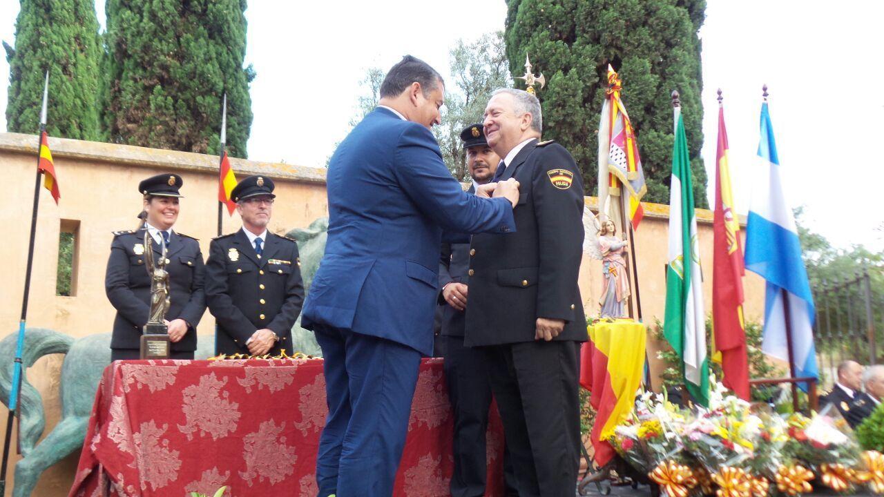 Antonio Sanz impone medalla al Jefe Superior Perea