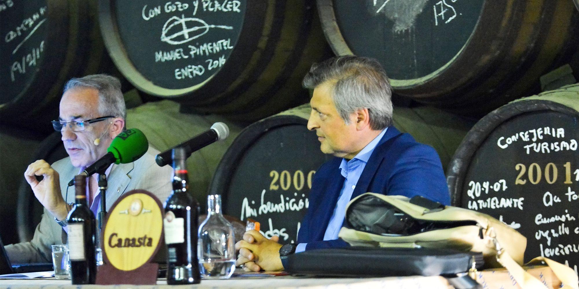 Un momento de la Conferencia impartida por José Luis Jiménez, acompañado por el director general de las Bodegas Williams & Humbert, Jesús Medina García de Polavieja