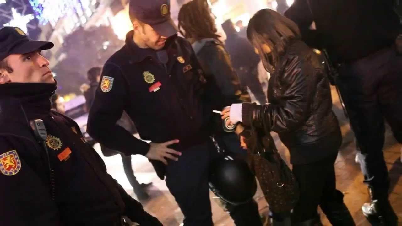 policia detiene mujer