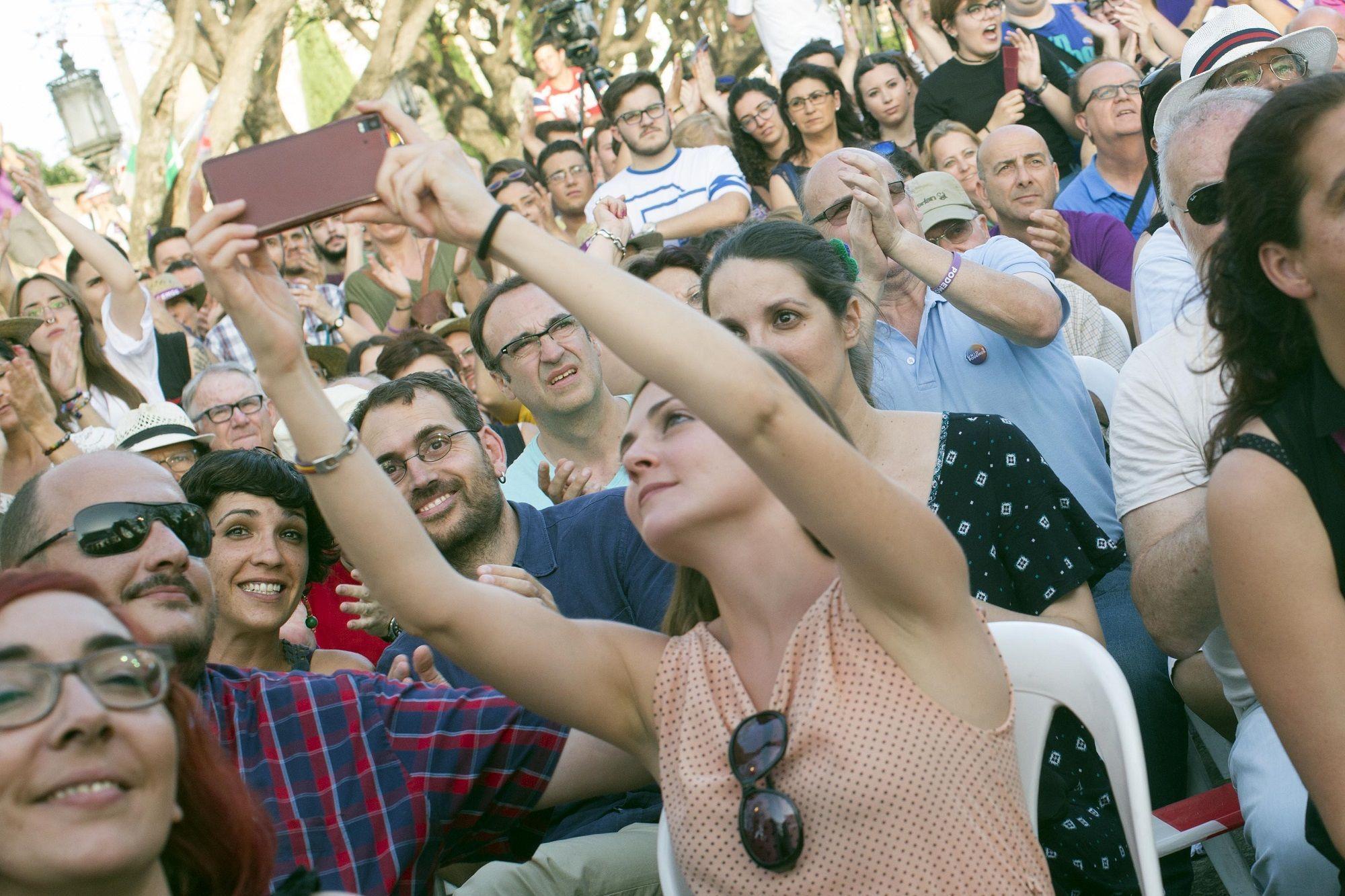 Ana Fernández, conceja de IU en el Ayuntamiento de Jerez, realizando un selfie | 23 jun 2016 | Juan Carlos Corchado para MIRA Jerez