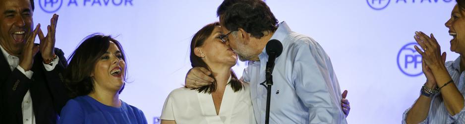 Rajoy besa a su mujer