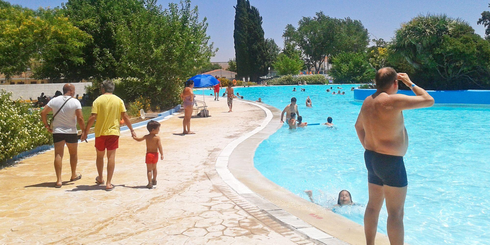 La asociaci n de vecinos la marquesa celebran su d a en for En la piscina