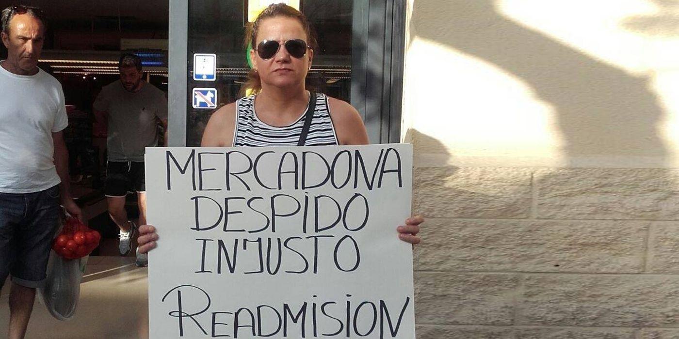Ángeles García en la puerta de Mercadona solicitando su readmisión