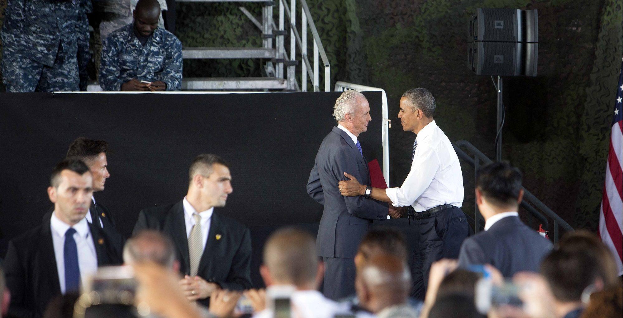 Barack Obama, presidente de los Estados Unidos de América, saludando a Pedro Morenés, ministro de Defensa de España, en la Base Naval de Rota, 10JUL2016 | Juan Carlos Corchado para MIRA Jerez
