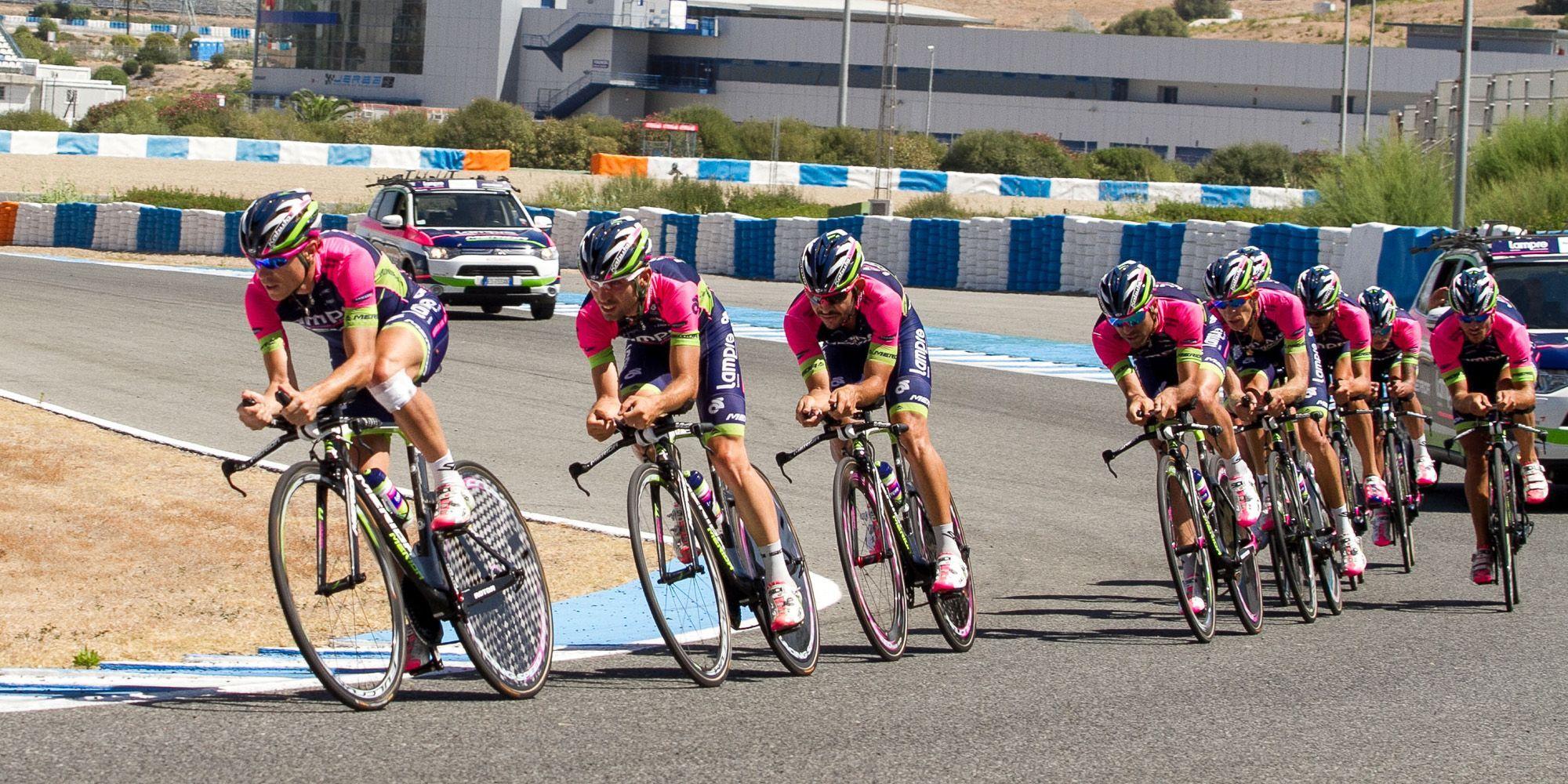Imagen de un equipo profesional de ciclismo rodando en la pista jerezana con ocasión de la Vuelta Ciclista a España 2014