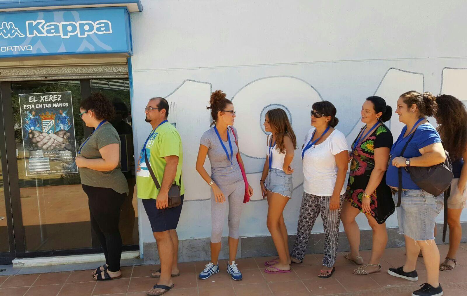 Fans de Alejandro Sanz haciendo cola en la entrada de la tienda del Xerez CD