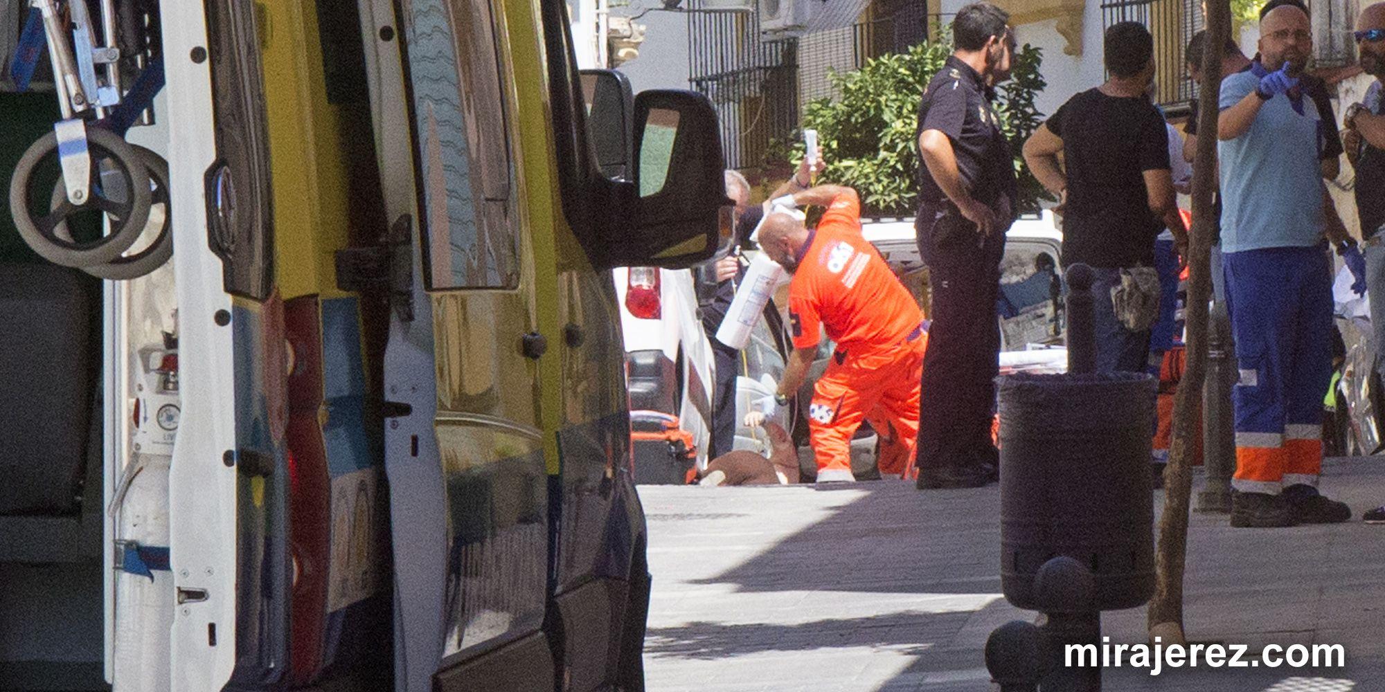 La madre de la ex pareja es atendida por los servicios sanitarios | Juan Carlos Corchado para MIRA Jerez