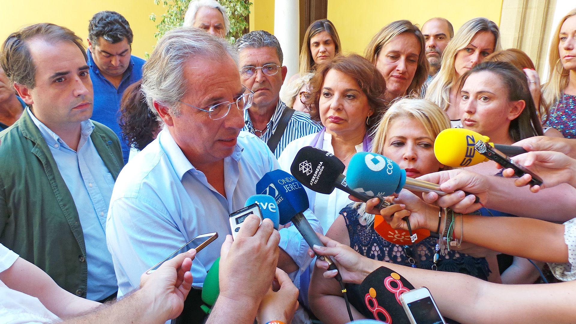 Javier De Torre atendiendo a medios