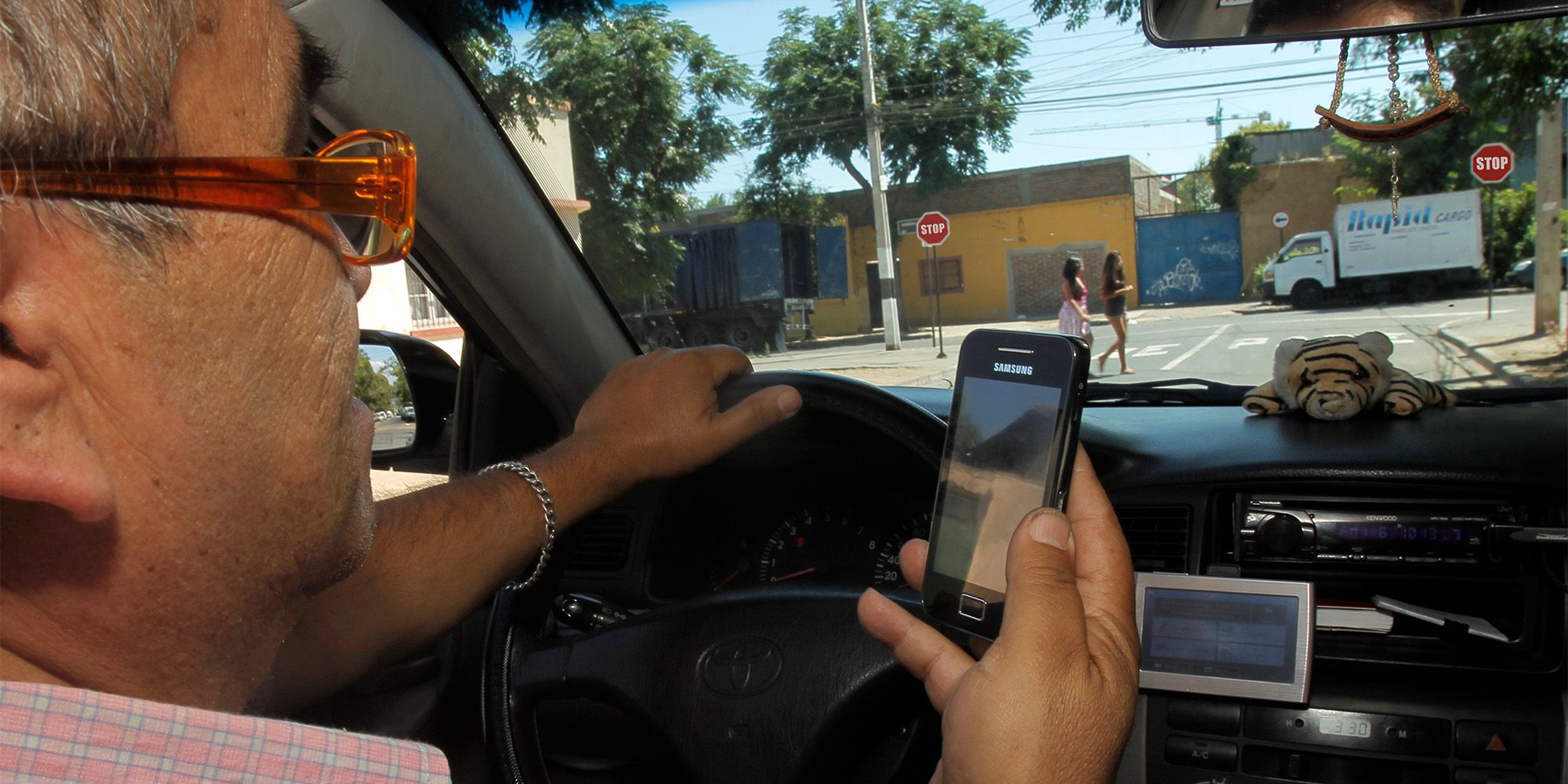 Conduciendo con movil en la mano