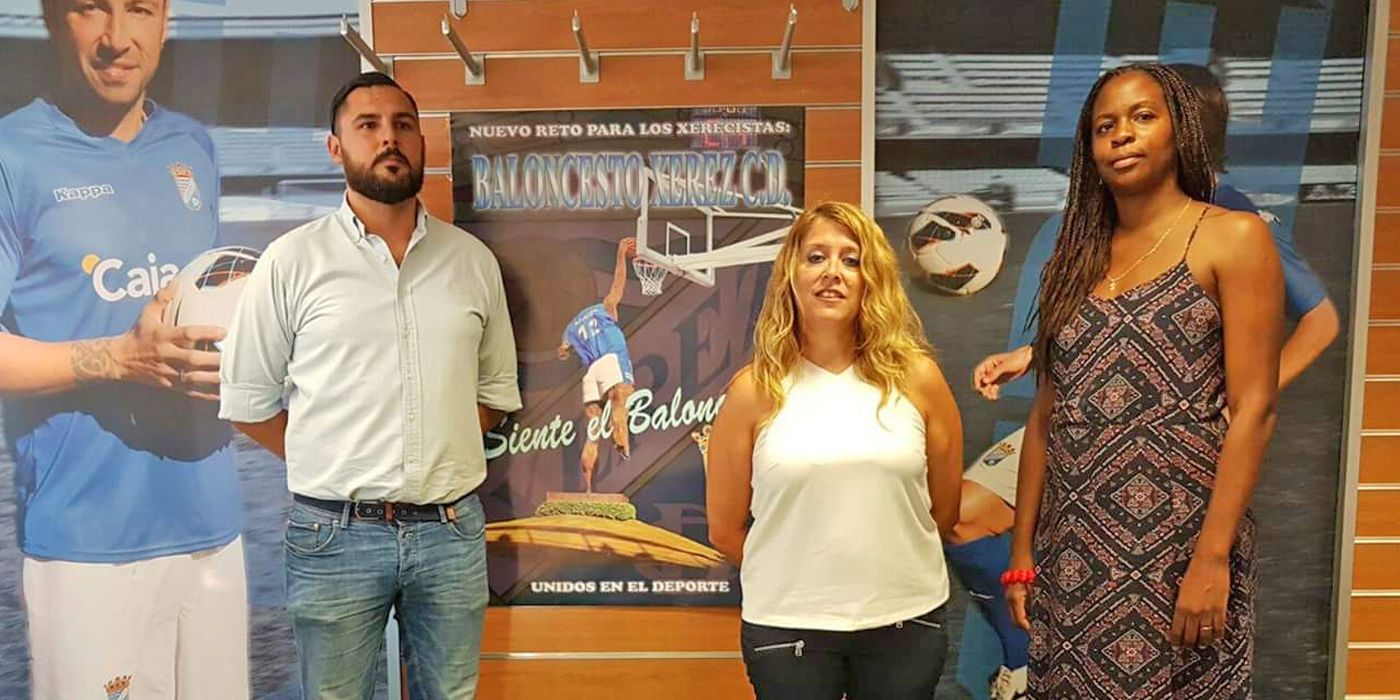 Antonia Beltrán, presidenta del nuevo club de Baloncesto AD Jerez FS 2014, acompañada de losencargados de la parcela deportiva,Sergio Ramos y Viviana Rovira
