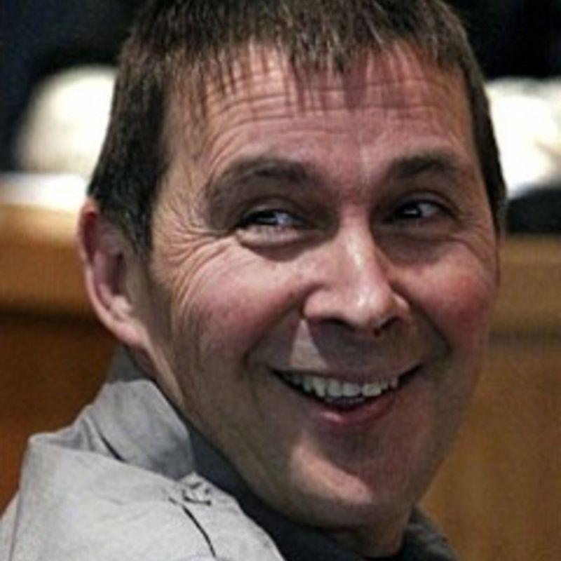 Otegui riendo mientras es juzgado por sus crimenes. En el juzgado se negó a condenar los crímenes de ETA.