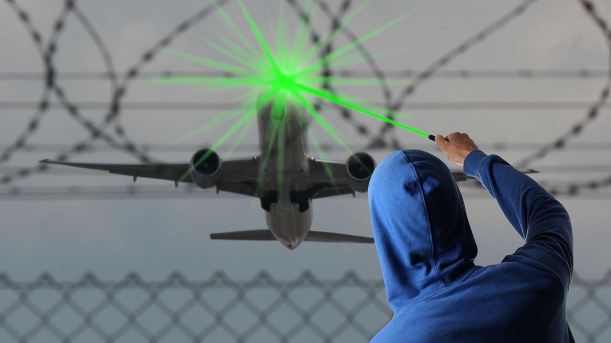 laser apunta a avion 2