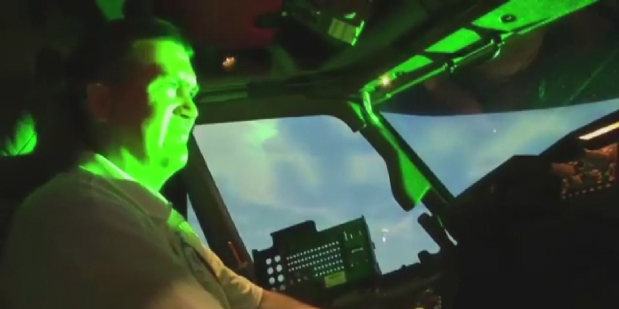 laser apunta a avion 3