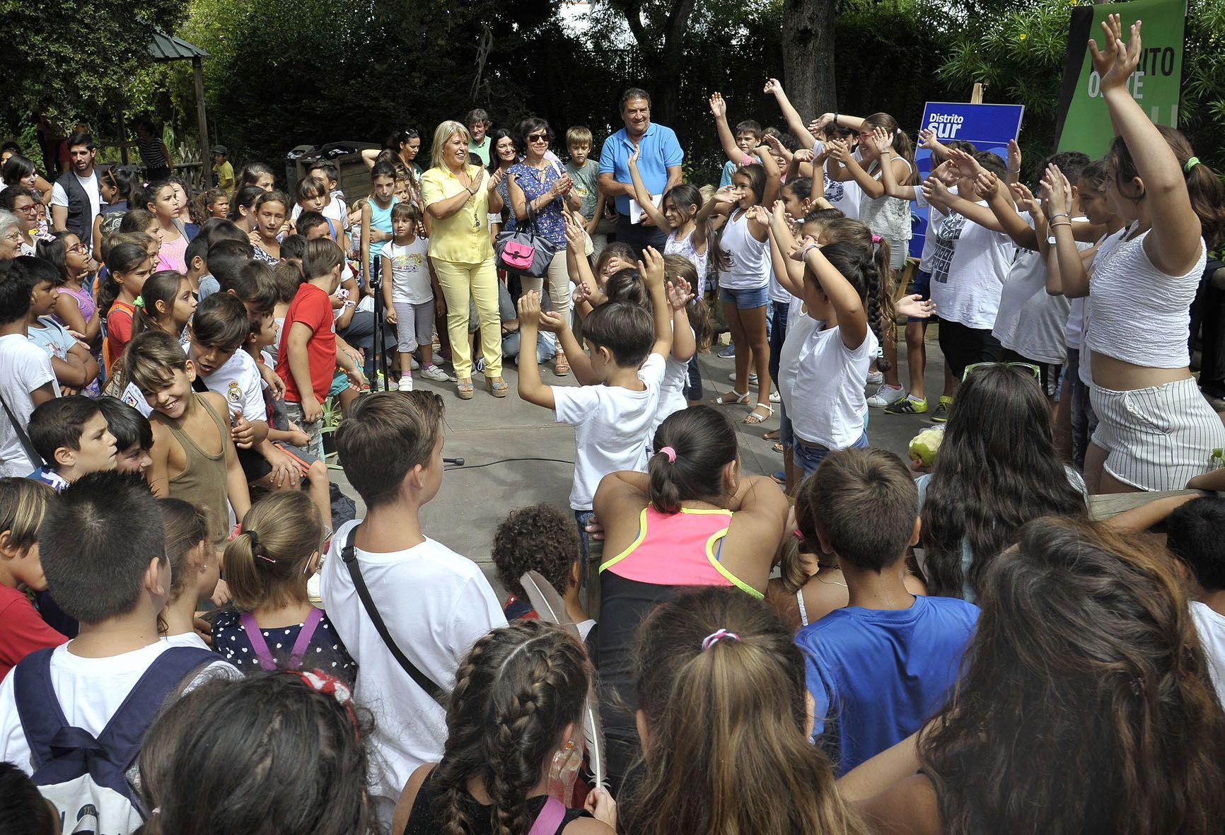 Alcaldesa asiste clausura campamentos urbanos en Zoo