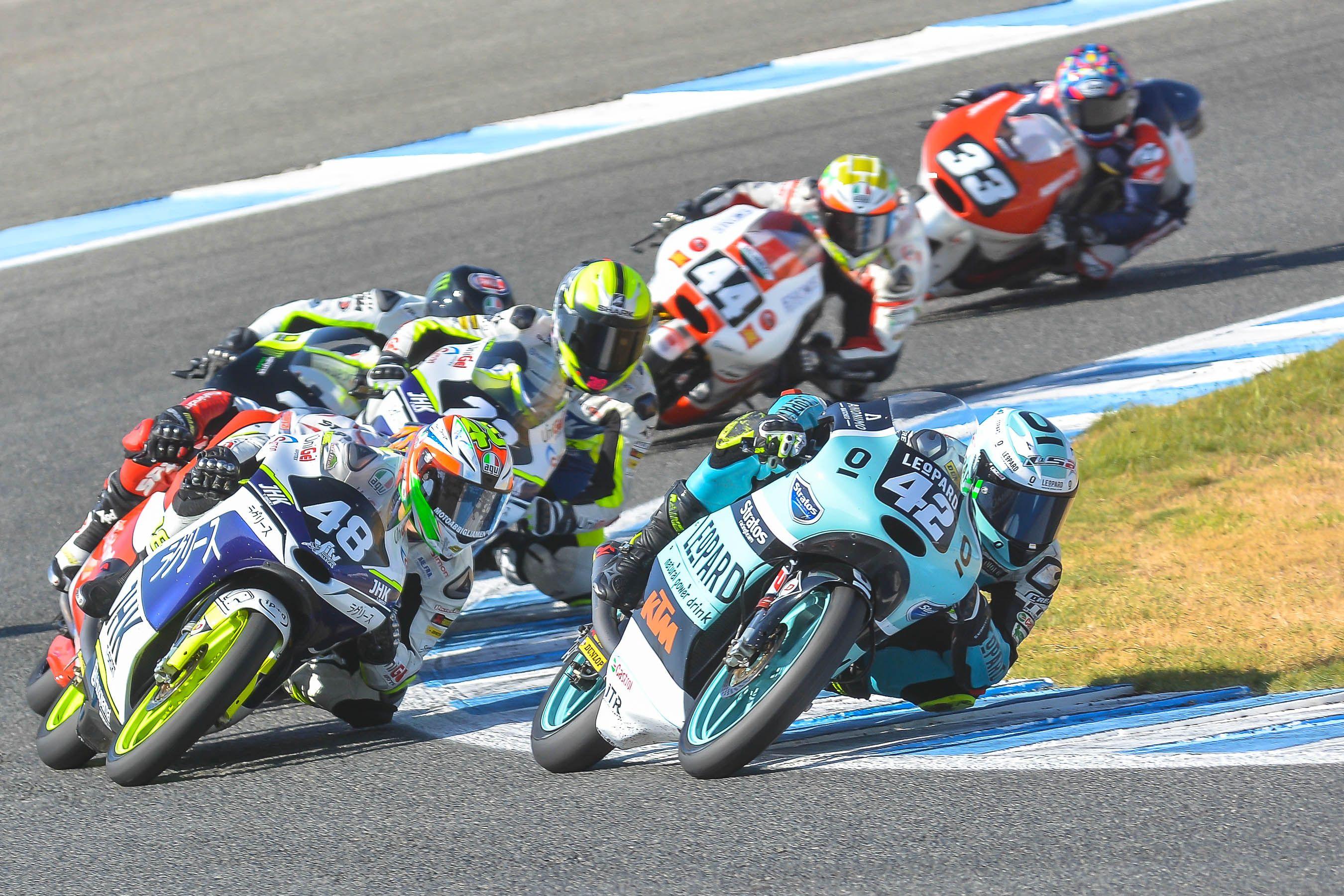 Marcos Ramirez al frente de la carrera en Moto3