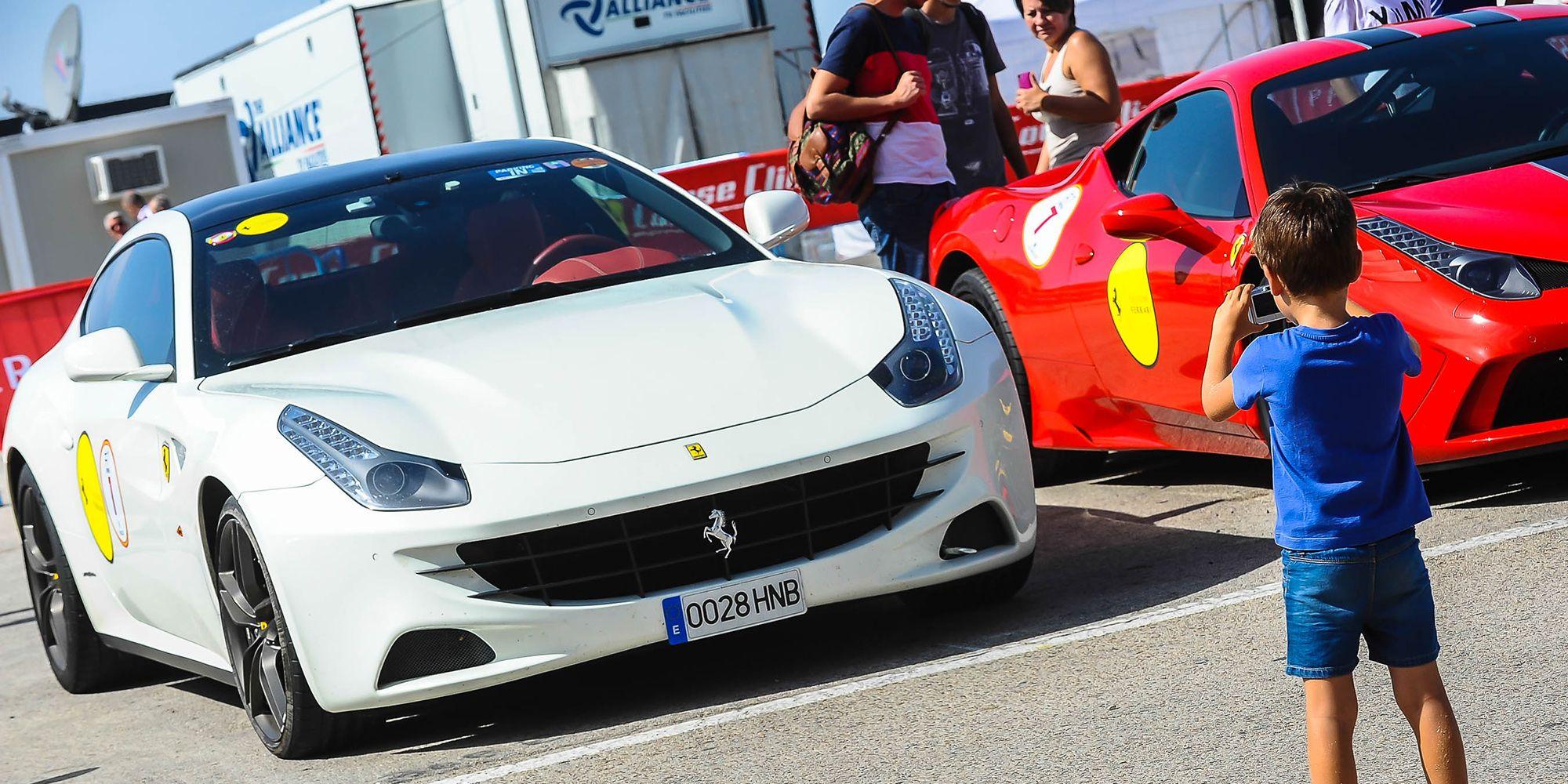 Un niño fotografía a los Ferraris en el paddock | Christian Cantizano para MIRA Jerez