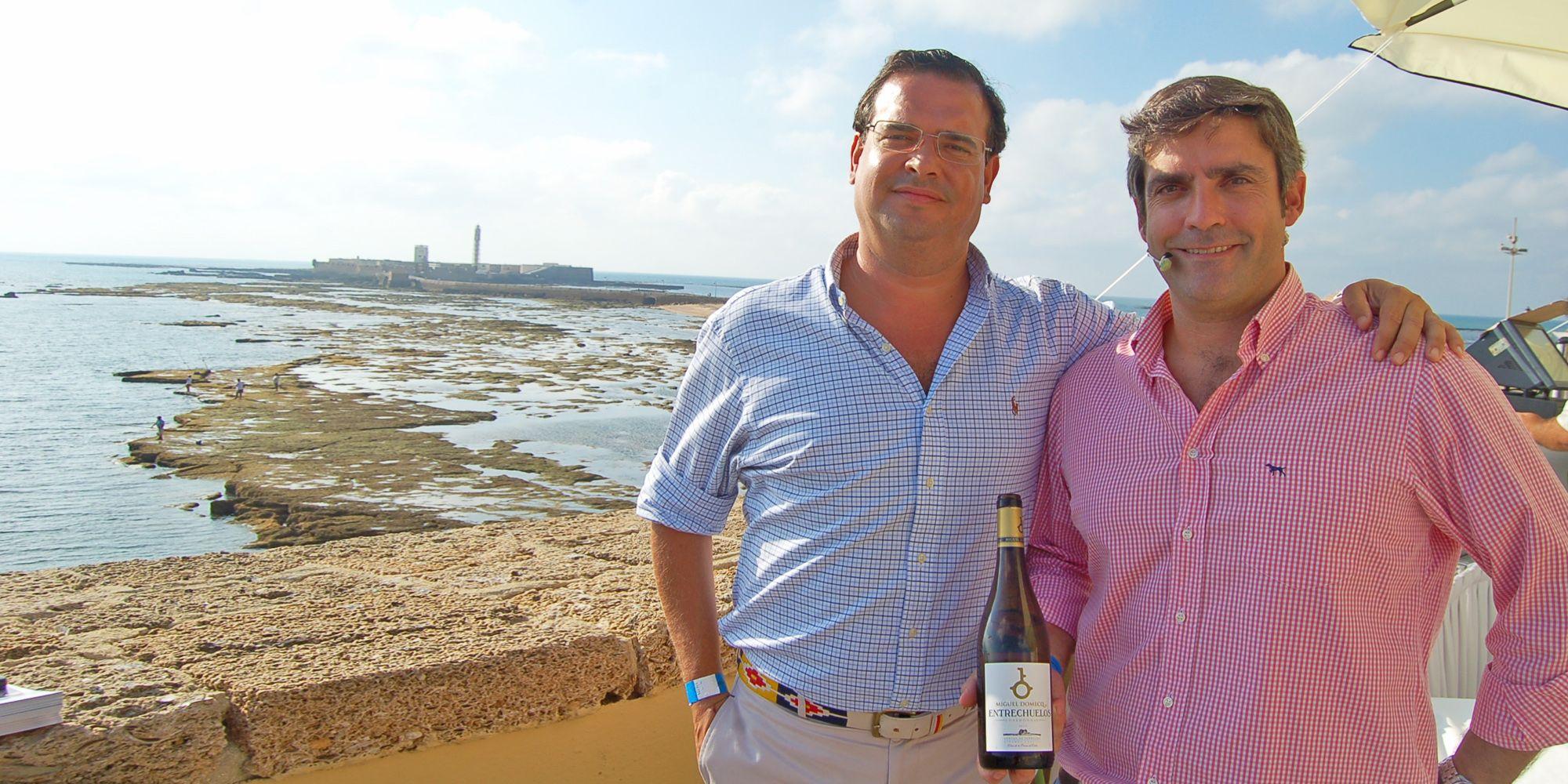 José García-Delgado, director comercial, y Joaquín Gómez, enólogo, posan con una botella de Entrecheulos Chardonnay