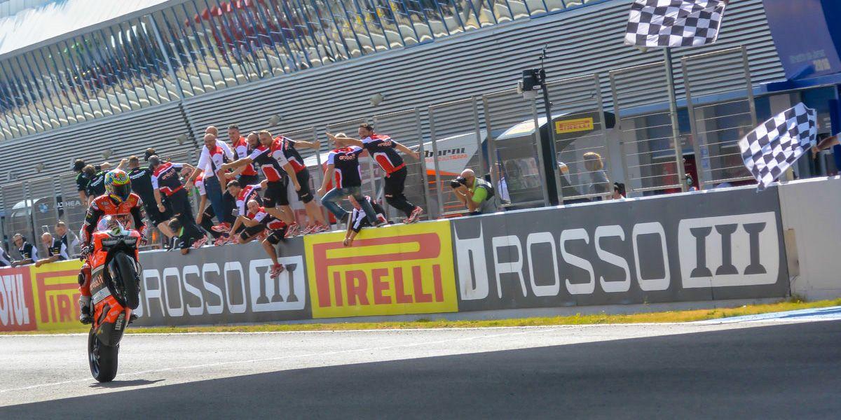 Chaz Davies entra en meta logrando la victoria | Christian Cantizano para MIRA Jerez