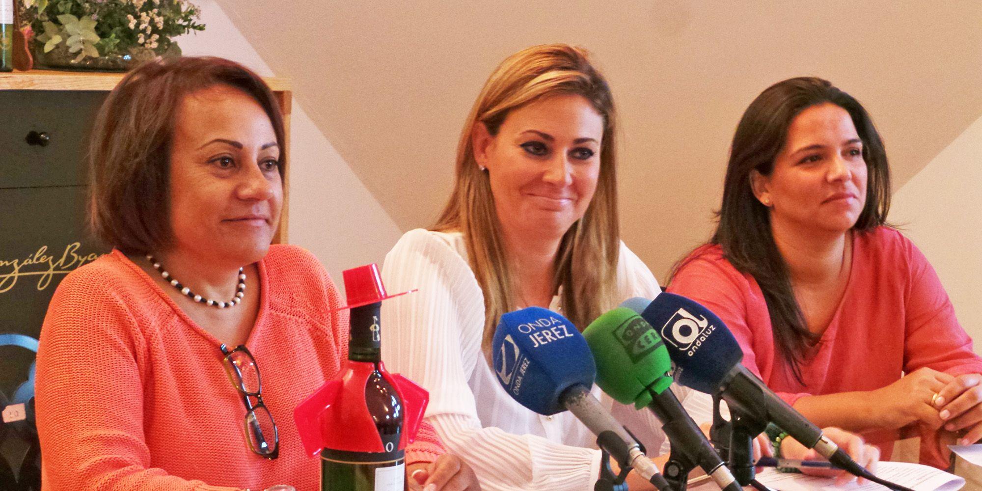 Concepción Fernández,presidenta de la Asociación contra el Cáncer Jerez,Ana Belén Morillo, directora de ABM EVENTOS y María Luisa Beato, propietaria y diseñadora de Modas Aurora