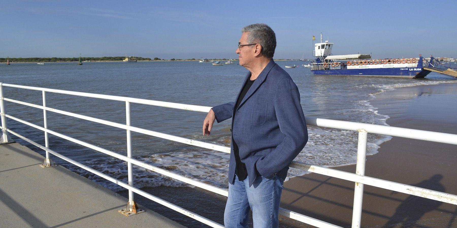 Santi Ortiz mirando hacia la provincia onubense
