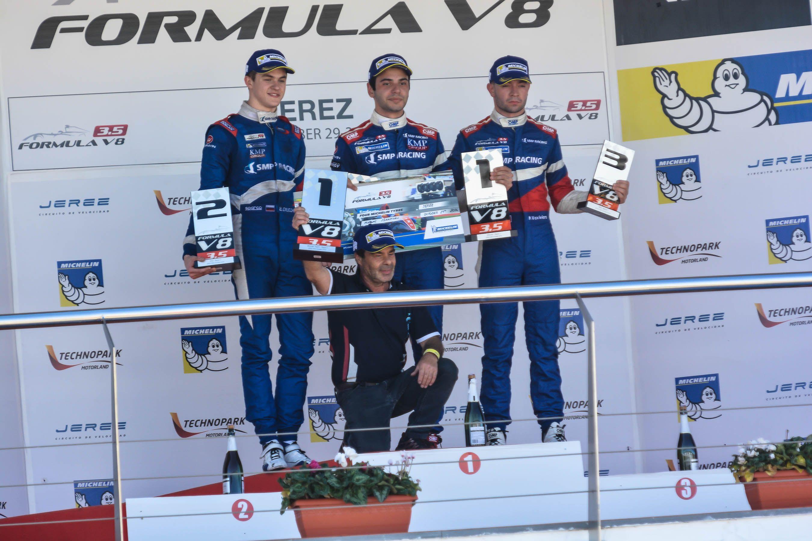 Pódium Fórmula 8: Matevos Isaakyan, Egor Orudzhev y Matthieu Vaxiviere | | Christian Cantizano para MIRA Jerez